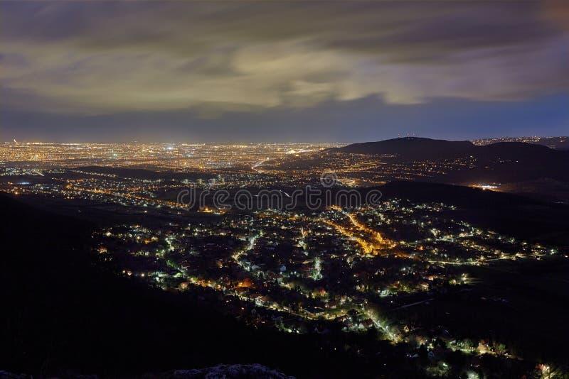 sikt för natt för stadsexponering lång fotografering för bildbyråer