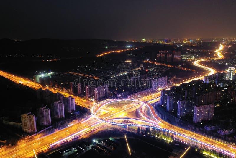 Sikt för natt för stadstrafik royaltyfria foton