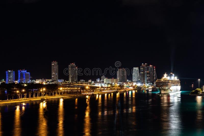 Sikt för nattetidcityscapehorisont av den i stadens centrum Miami staden royaltyfri fotografi