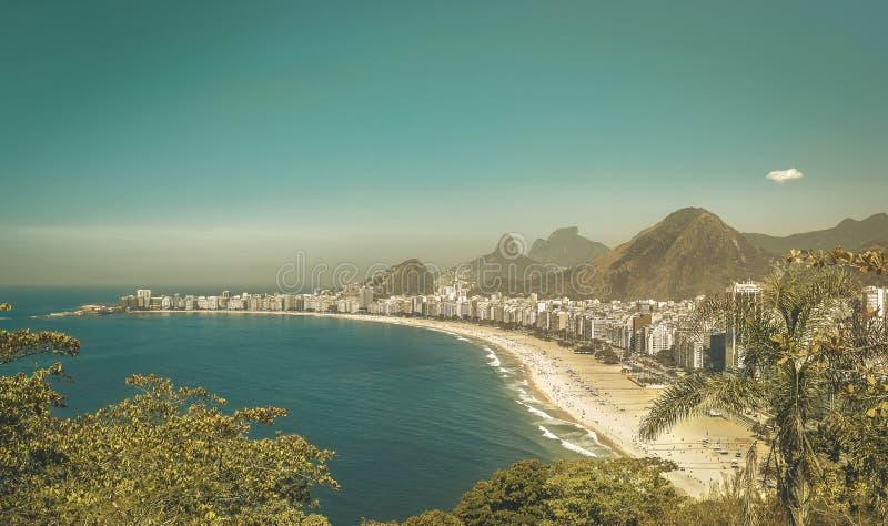 Sikt för nedgång för Copacabana strandtappning, Rio de Janeiro royaltyfri foto