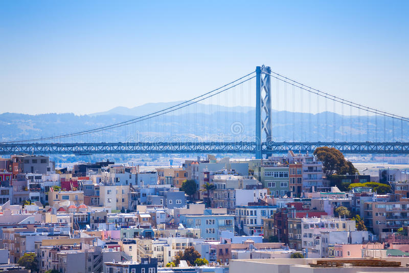 Sikt för Oakland fjärdbro över bostadsområdet arkivbilder