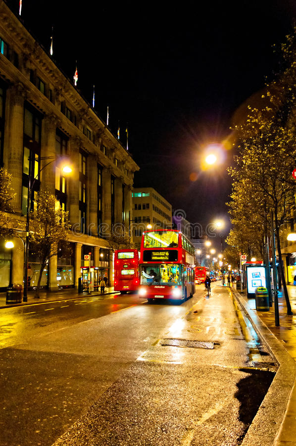 Sikt för Oxford gatanatt i London, UK arkivfoton