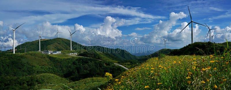 Sikt för Panoram vindturbin från det bästa berget arkivbild