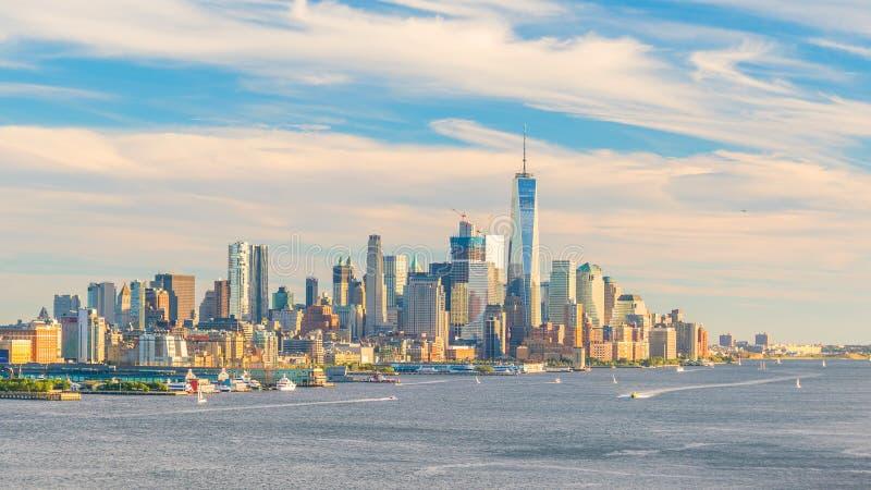 Sikt för panorama för New York City i stadens centrum Manhattan solnedgånghorisont över Hudson River arkivbilder