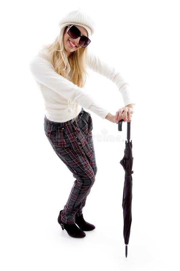 sikt för paraply för främre holding för kvinnlig le arkivbild