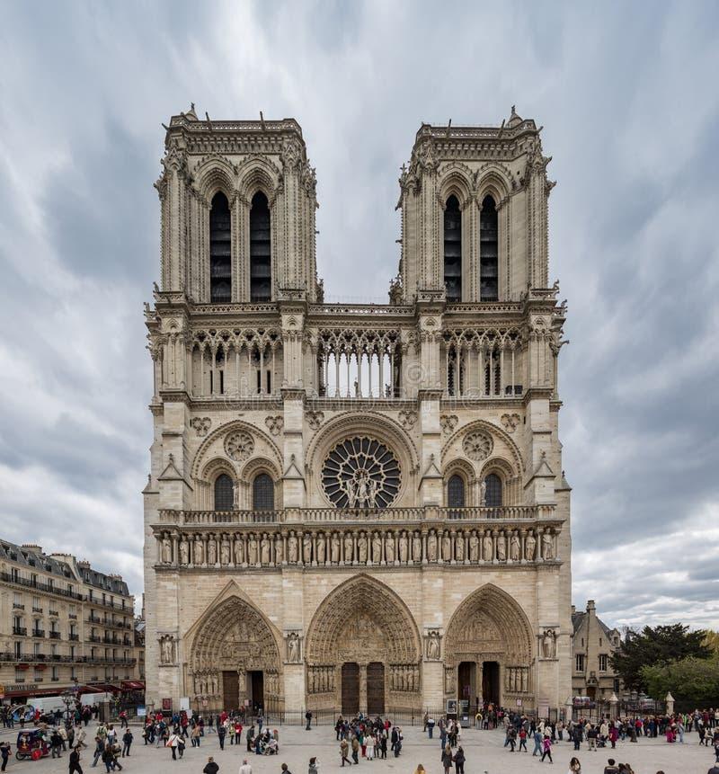 Sikt för Paris Frankrike April 29th färg 2013 av fascian av Notre D arkivfoto