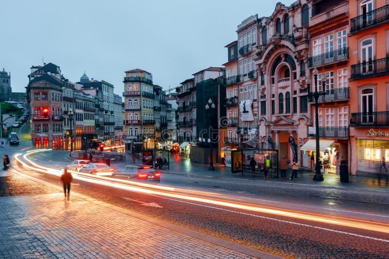 Sikt för Porto nattstad med trafikljus royaltyfria foton