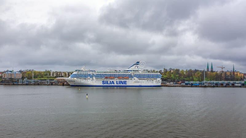 Sikt för regnig dag av den södra hamninvallningen i Helsingfors, Finland med färjan för Silja Serenade last-passagerare kryssning arkivbilder
