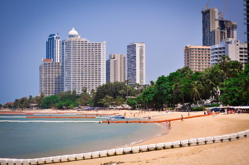 Sikt för sandig strand och havsav högväxta byggnader i Pattaya, Thailand royaltyfri bild