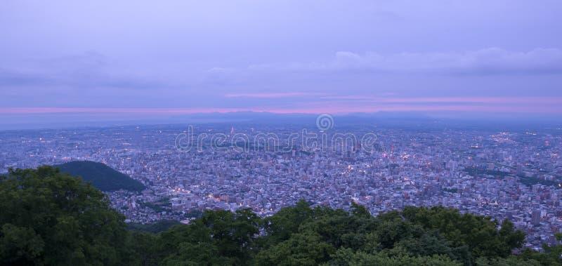 Sikt för Sapporo stadsnatt från monteringen Moiwa arkivfoton