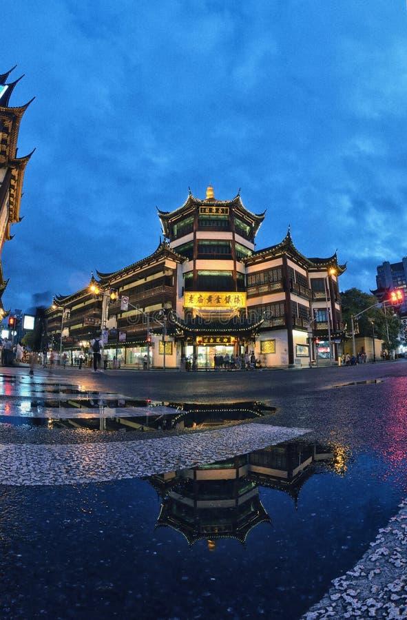 Sikt för Shanghai gammal pittoresk byggnadsnatt royaltyfri foto