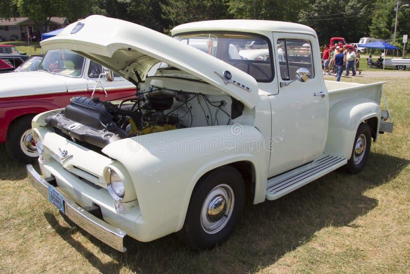 Sikt för sida för lastbil för F-100 för 1956 Ford vit royaltyfri fotografi