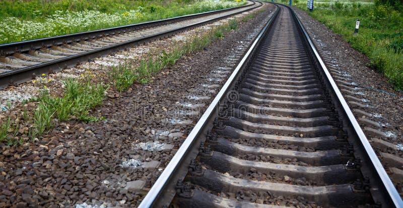 Sikt för sikt för järnvägspår nedersta underifrån royaltyfria bilder