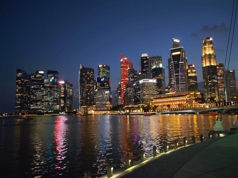 Sikt för Singapore stadsnatt och ljus show royaltyfri foto