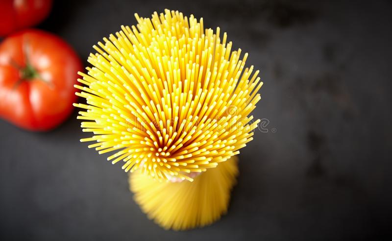 Sikt för slut för hög vinkel övre av rå spagetti arkivfoto