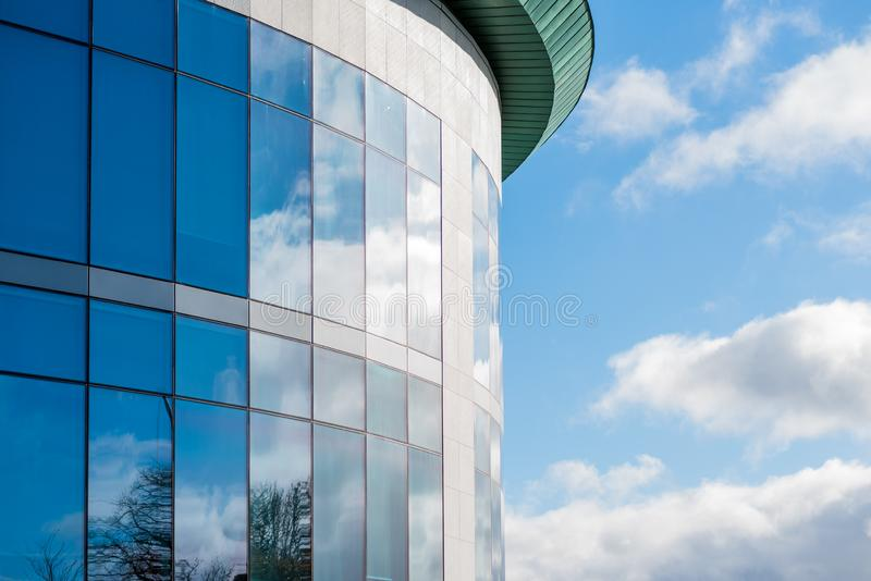 Sikt för solig dag av fönster av företags kontorsbyggnad för modern affär i northampton England UK arkivbilder