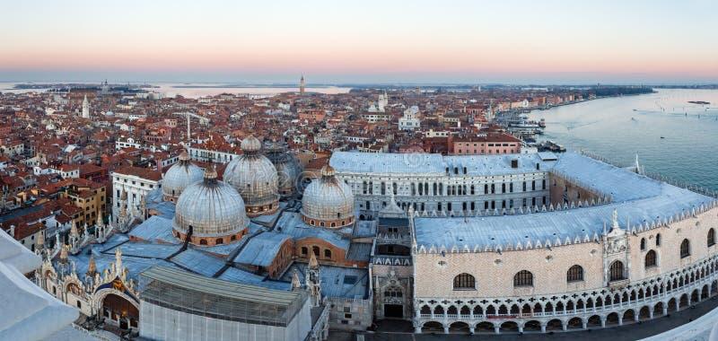 Sikt för solnedgång för Venedig stad (Italien) bästa royaltyfria bilder