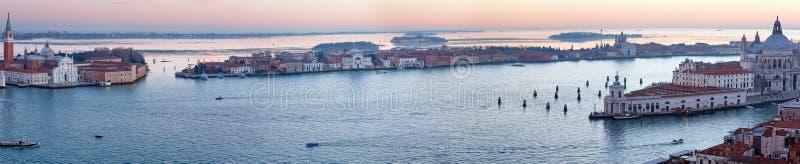 Sikt för solnedgång för Venedig stad (Italien) panorama royaltyfri bild