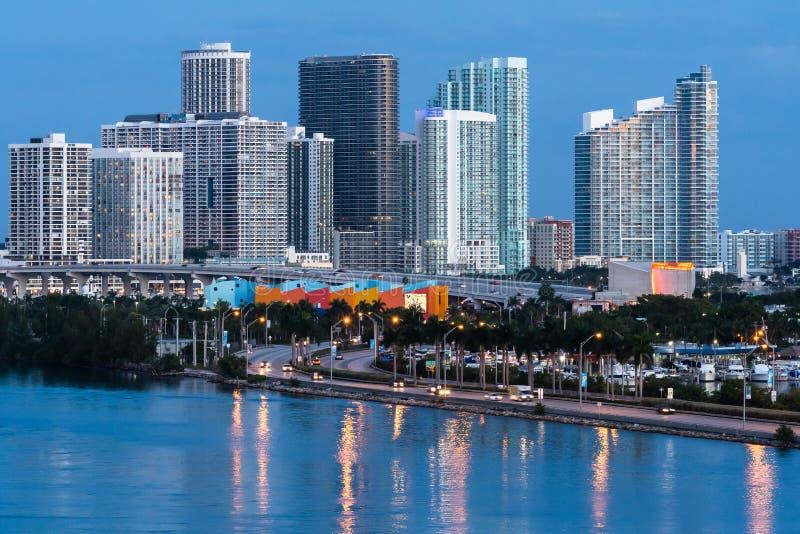 Sikt för soluppgångcityscapehorisont av i stadens centrum Miami royaltyfria foton