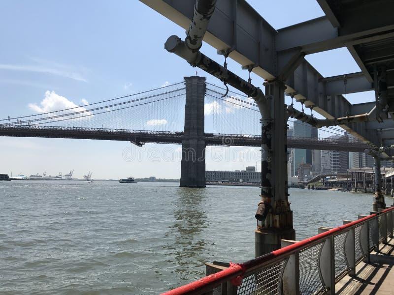 Sikt för sommar för Brooklyn bro av Manhattan royaltyfri bild