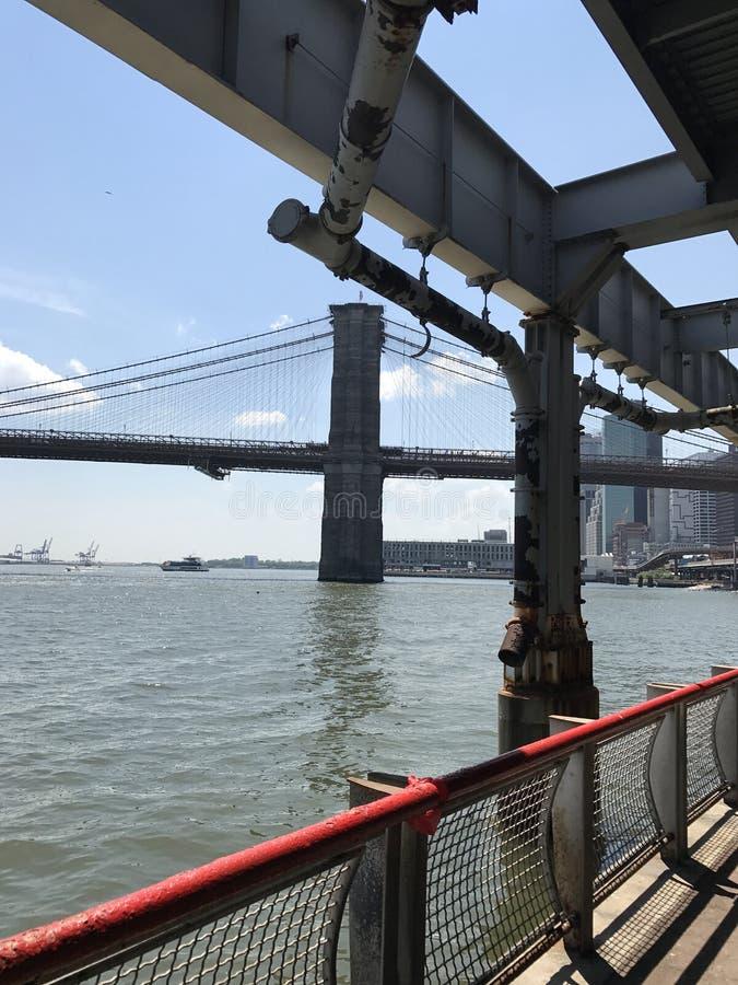 Sikt för sommar för Brooklyn bro av Manhattan fotografering för bildbyråer