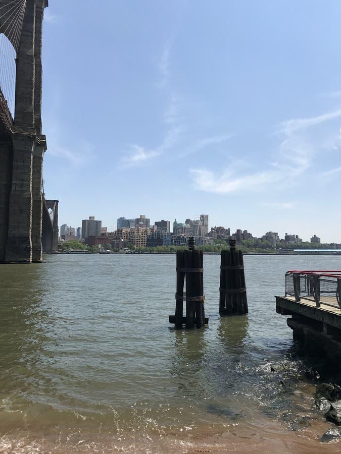 Sikt för sommar för Brooklyn bro av Manhattan arkivfoton