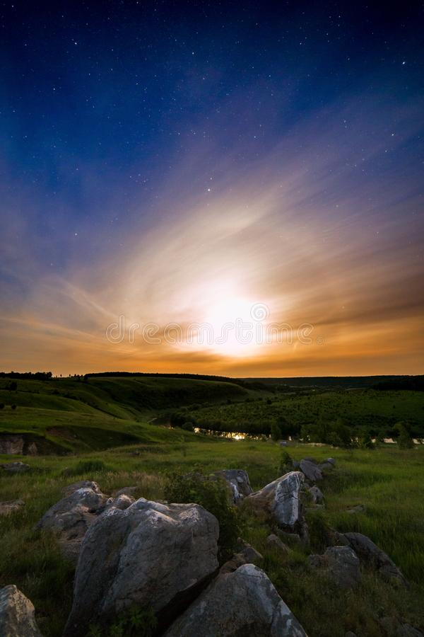 Sikt för sommarnatt med månen arkivfoto