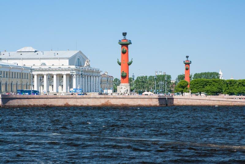 sikt för st för saint för fartygkanalpetersburg flod Rostral kolonner i solig dag St Petersburg Ryssland royaltyfri fotografi
