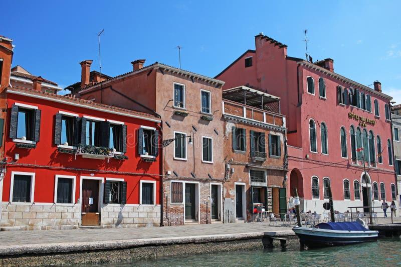 Sikt för stad för Venedig Venezia Italien 2019 marsch från skeppet Renässansbyggnader i havet arkivbild