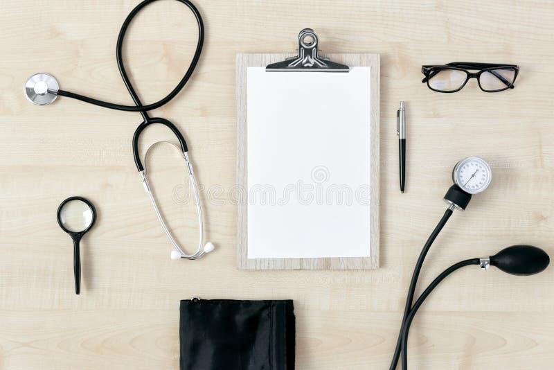 Sikt för stetoskop för arbetsplatsdoktorsskrivplatta bästa royaltyfri bild