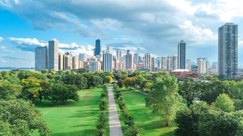 Sikt för surr för Chicago horisont flyg- från ovannämnt, Lake Michigan och stad av fågels för Chicago i stadens centrum skyskrapa arkivbilder