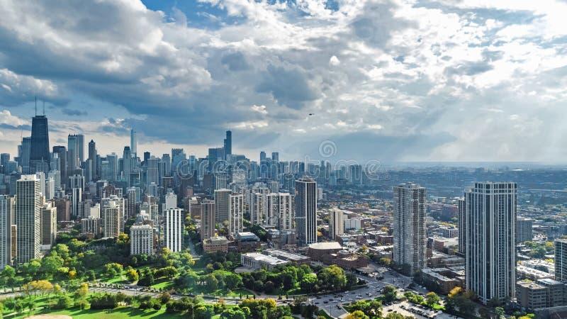 Sikt för surr för Chicago horisont flyg- från ovannämnt, Lake Michigan och stad av Chicago i stadens centrum skyskrapacityscape f royaltyfria bilder