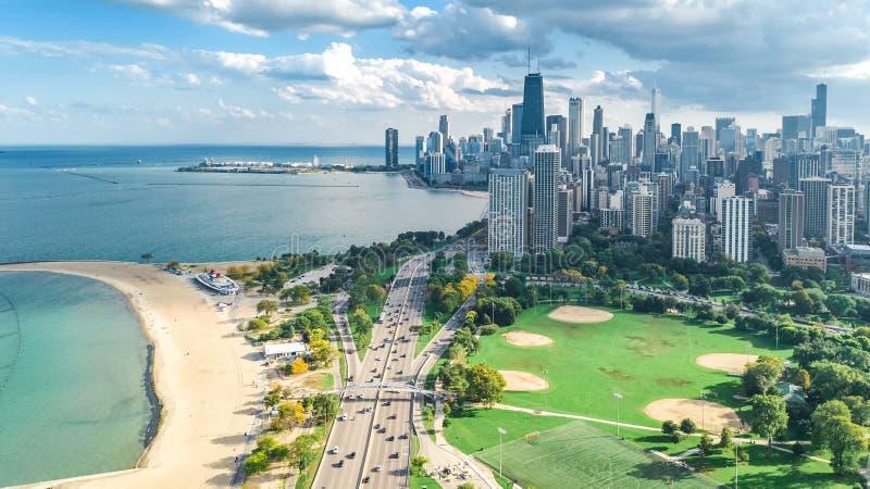 Sikt för surr för Chicago horisont flyg- från ovannämnt, Lake Michigan och stad av Chicago i stadens centrum skyskrapacityscape f royaltyfria foton
