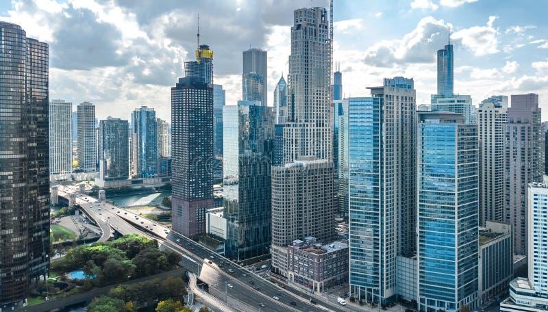 Sikt för surr för Chicago horisont flyg- från ovannämnt, Lake Michigan och staden av Chicago i stadens centrum skyskrapacityscape fotografering för bildbyråer