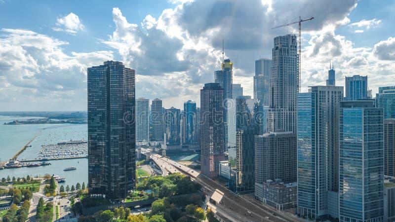Sikt för surr för Chicago horisont flyg- från ovannämnt, Lake Michigan och staden av Chicago i stadens centrum skyskrapacityscape royaltyfria bilder