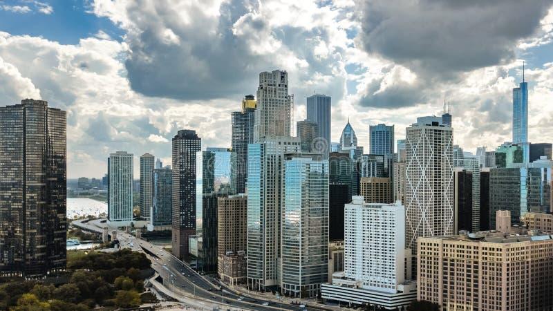 Sikt för surr för Chicago horisont flyg- från ovannämnt, stad av Chicago i stadens centrum skyskrapor och Lake Michigan cityscape royaltyfri fotografi