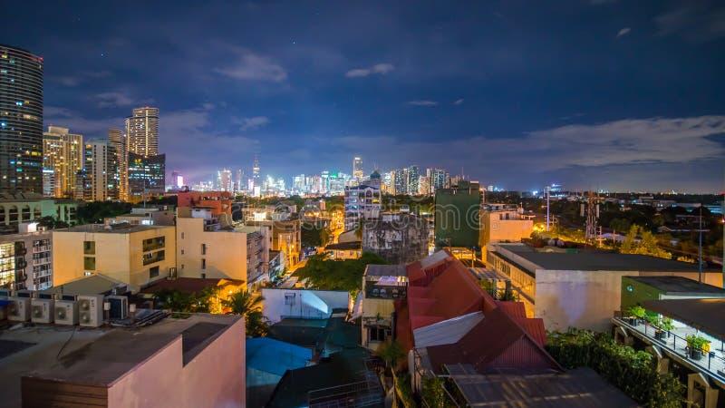 Sikt för Tid schackningsperiod av Makati skyskrapor i den Manila staden Horisont på natten, Filippinerna royaltyfria bilder