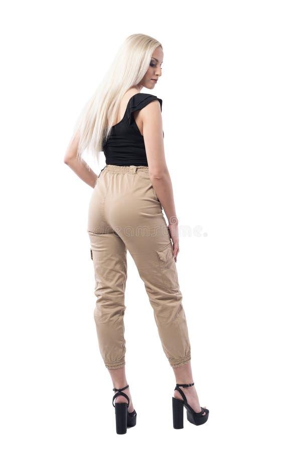 Sikt för tillbaka sida av den eleganta kvinnliga blonda kvinnan med slätt rakt hår arkivfoto
