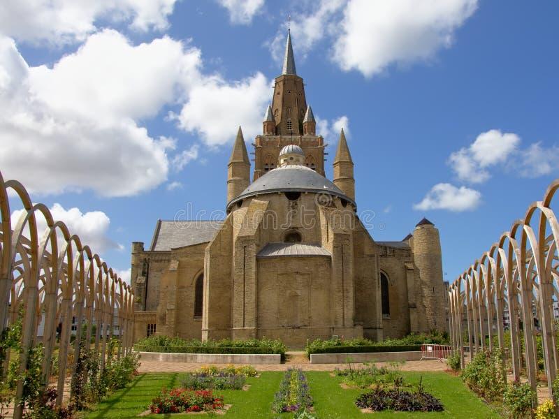 Sikt för tillbaka sida av kyrkan glise Notre-Dame av för vår dam- eller Ã-‰ i Calais, Frankrike arkivbild