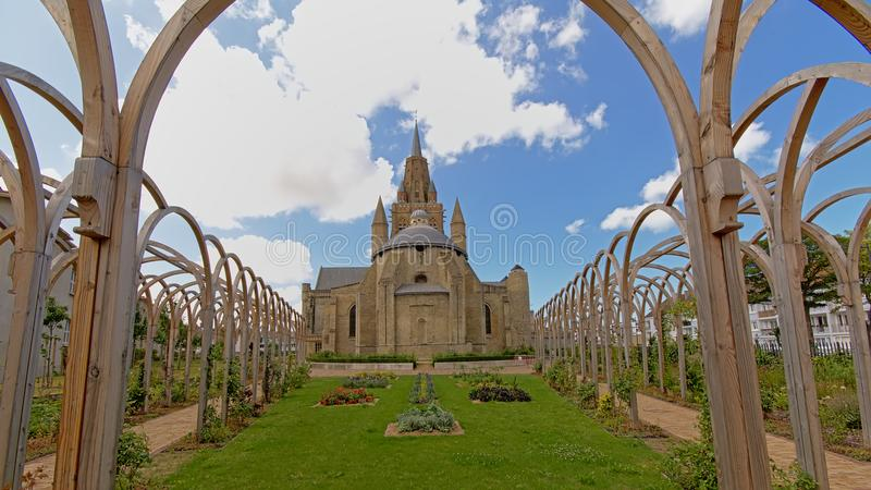 Sikt för tillbaka sida av kyrkan glise Notre-Dame av för vår dam- eller Ã-‰ i Calais, Frankrike royaltyfria foton