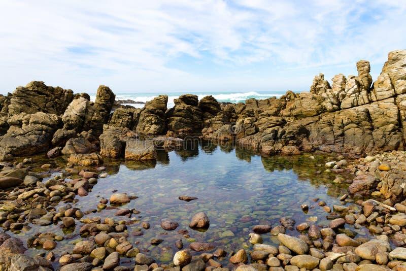 Sikt för uddeAgulhas strand, Sydafrika royaltyfria foton