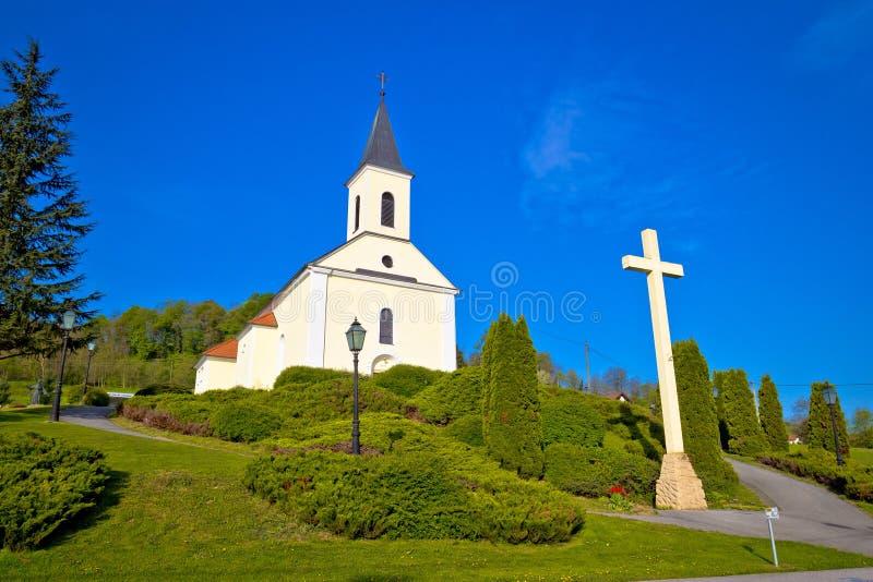 Sikt för Veliko Trgovisce bykyrka, Zagorje region av Kroatien royaltyfria bilder