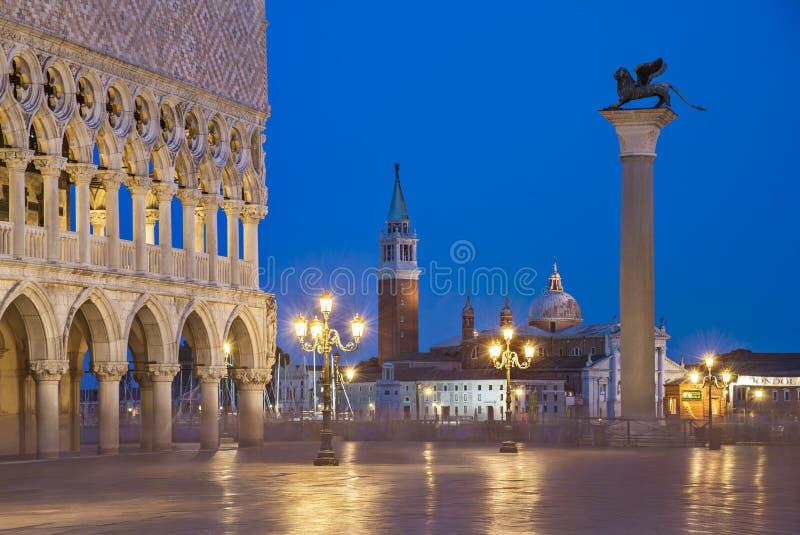 Sikt för Venedig nattstad av den fyrkantiga piazza San Marco, slott för doge` s royaltyfri fotografi