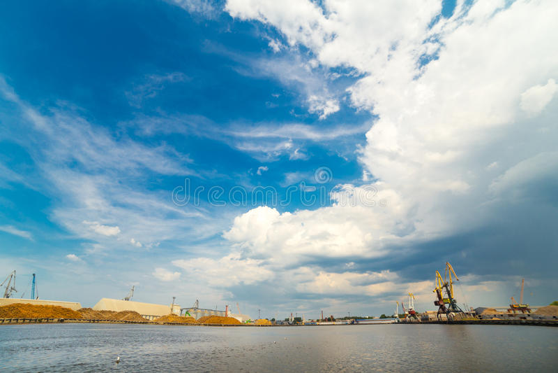 Sikt för vinkel för lasthavsport bred Liepaja Lettland royaltyfria foton