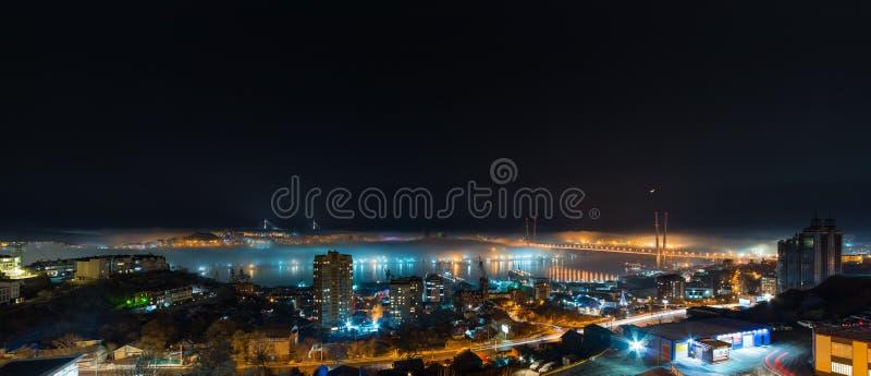 Sikt för Vladivostok cityscapenatt arkivfoto