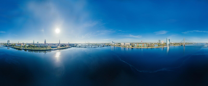 Sikt för vr för sfär 360 för surr för flod för stadsRiga Daugava royaltyfria bilder