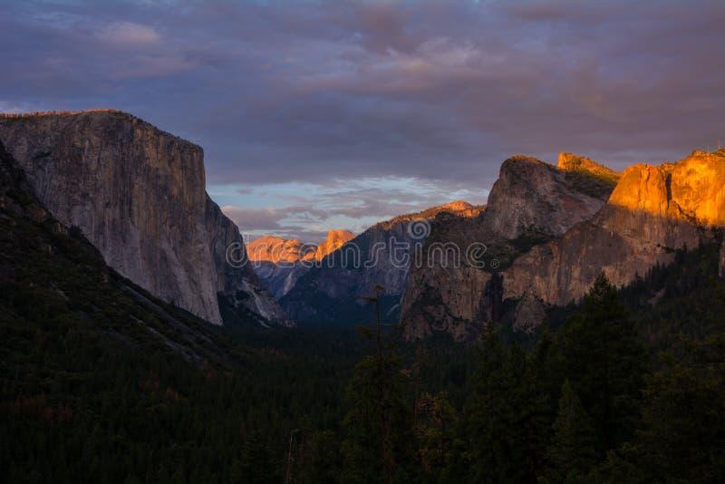 Sikt för Yosemite daltunnel på solnedgången royaltyfri bild