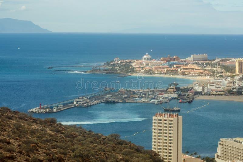 Sikt f?r Los Cristianos fr?n det Guaza berget Färja till La Gomera som lämnar portfjärden kanarief?gel?ar tenerife spain arkivbilder