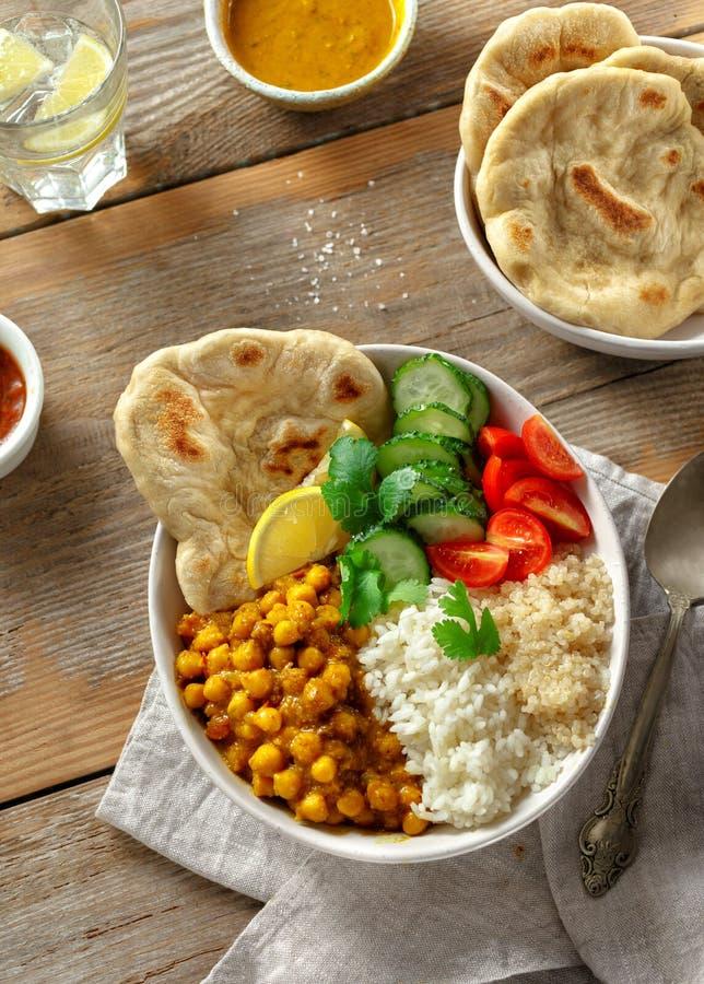 Sikt f?r tabell f?r sunt f?r buddha f?r strikt vegetarianmatvegetarian br?d bunke naan tr?b?sta royaltyfri fotografi