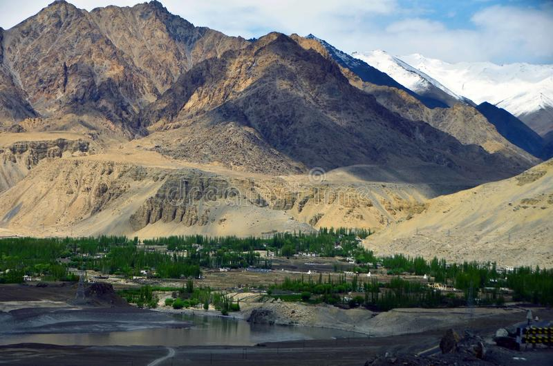 Sikt från överkanten av Leh, Ladakh, Indien royaltyfria foton